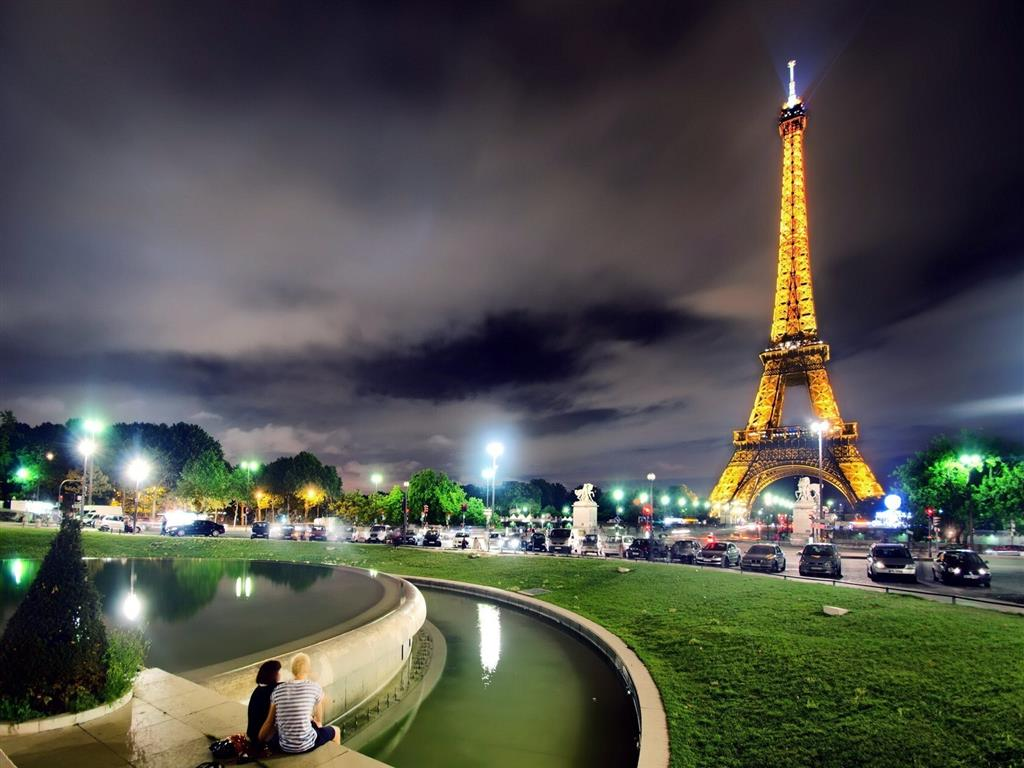 1024x768 Amazing View of Eiffel Tower in Paris City of France HD Wallpaper
