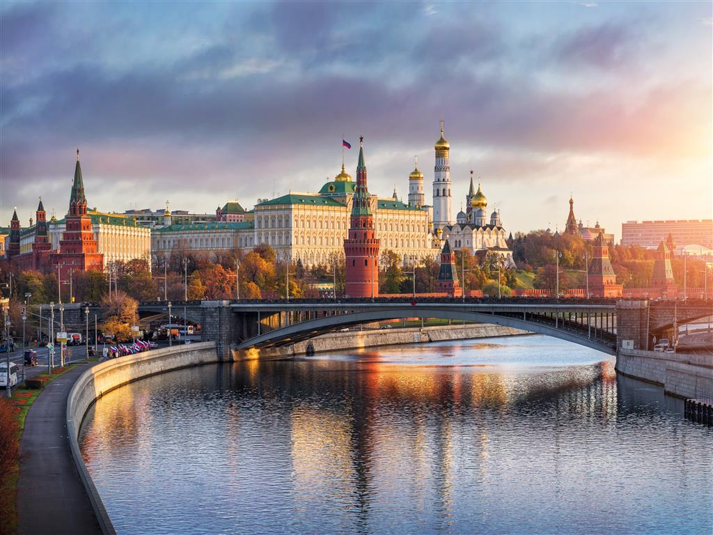 1024x768 Beautiful Bridge in Moscow City of Russia 5K Wallpapers