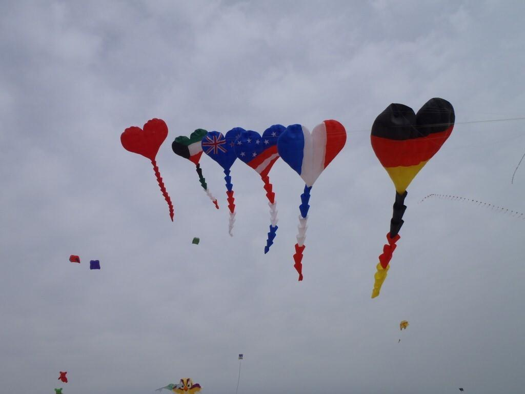1024x768 Love Heart Flying Kites on Makar Sankranti Indian Festival Images
