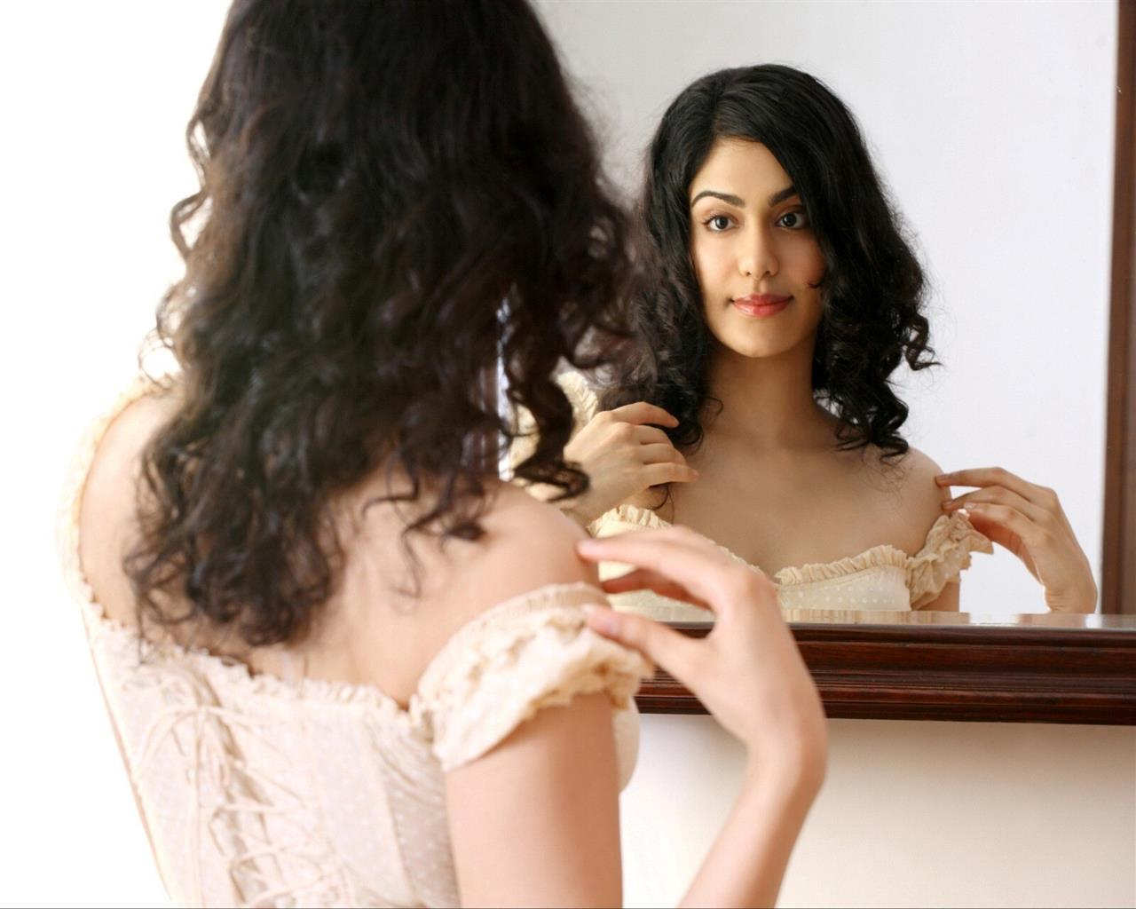 1280x1024 Adah Sharma Looking in Mirror