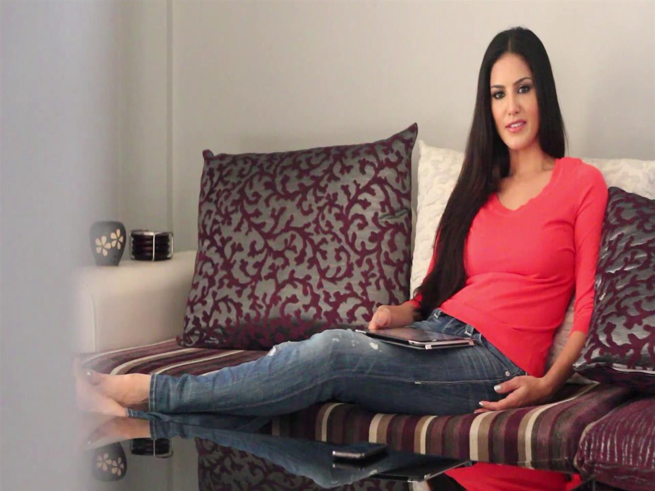 1280x960 Sunny Leone in Home HD Wallpaper