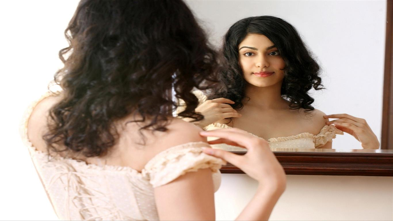1366x768 Adah Sharma Looking in Mirror