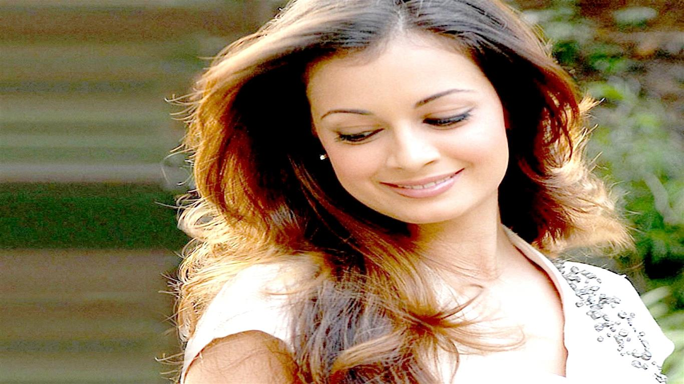 1366x768 Beautiful Bollywood Actress Dia Mirza