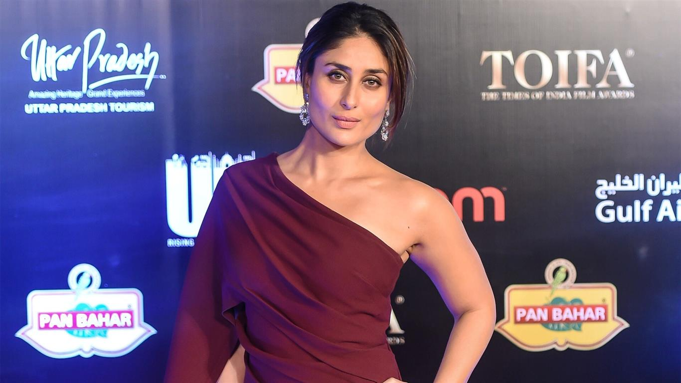 1366x768 Kareena Kapoor Bollywood Actress HD Wallpaper