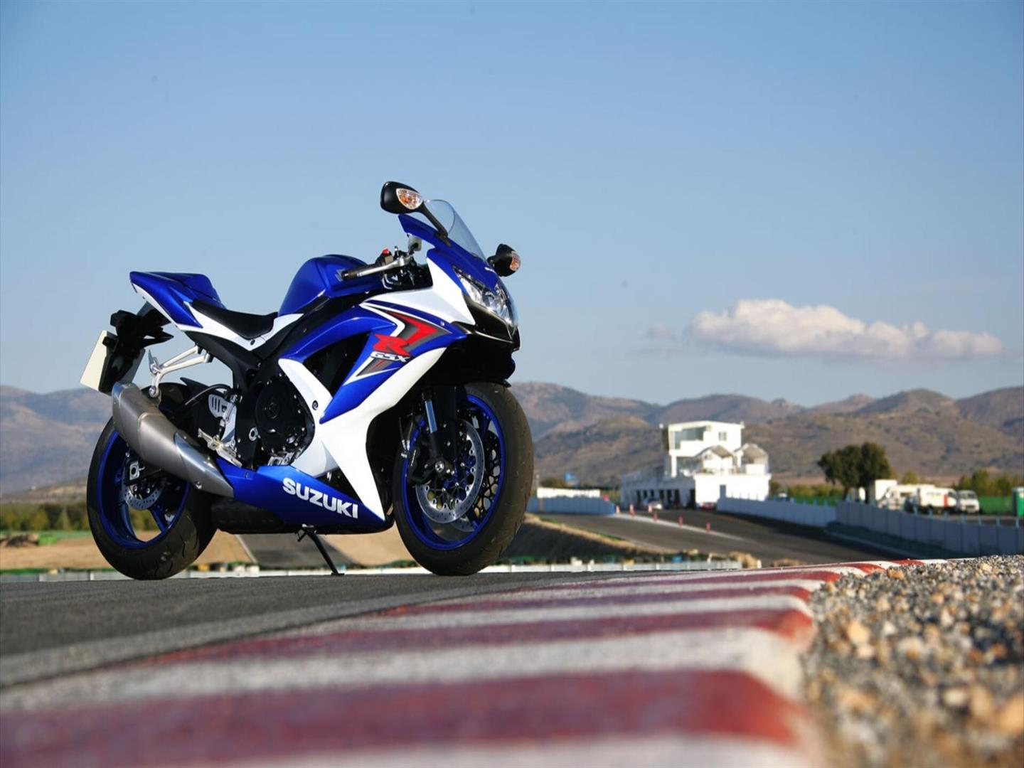 1440x1080 Beautiful Suzuki GSX R Sport Bike Wallpaper