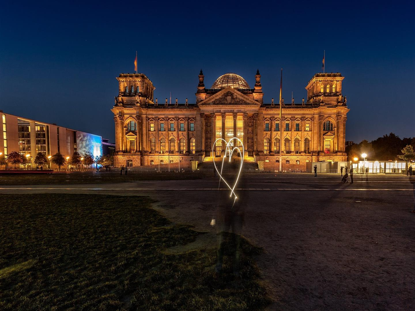 1440x1080 Reichstag Building at Night in Berlin Germany Wallpaper