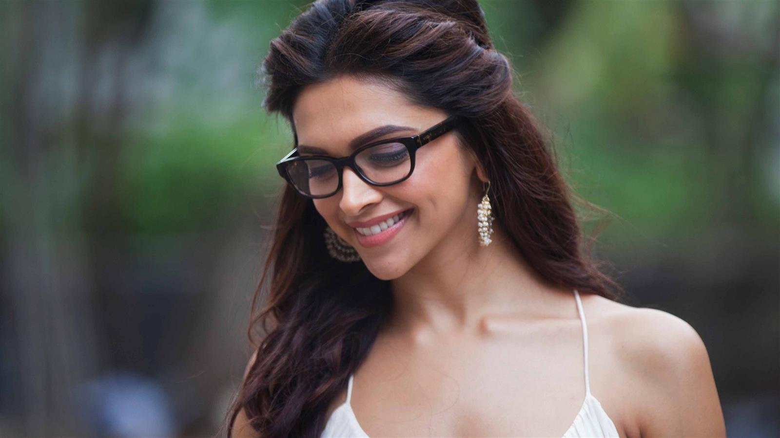 1600x900 4K Pic Download of Deepika Padukone
