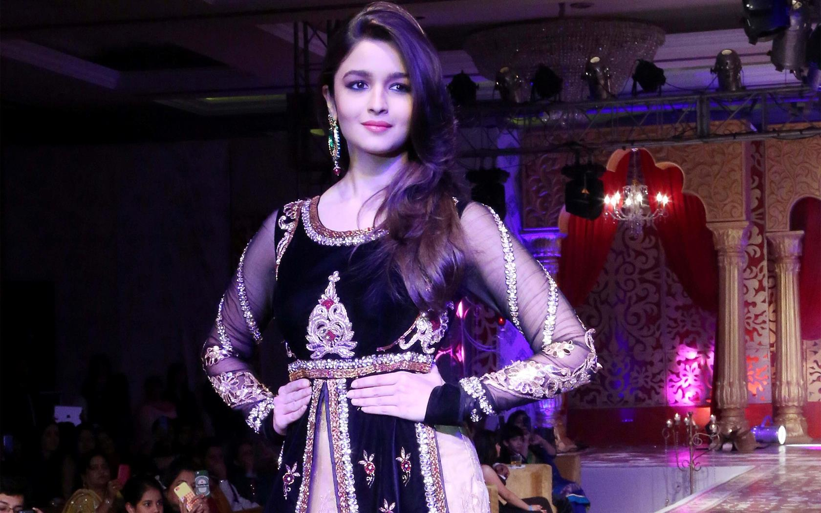 1680x1050 Most Famous Beautiful Actress Alia Bhatt in New Latest Design Dress on Ramp Walk Photos