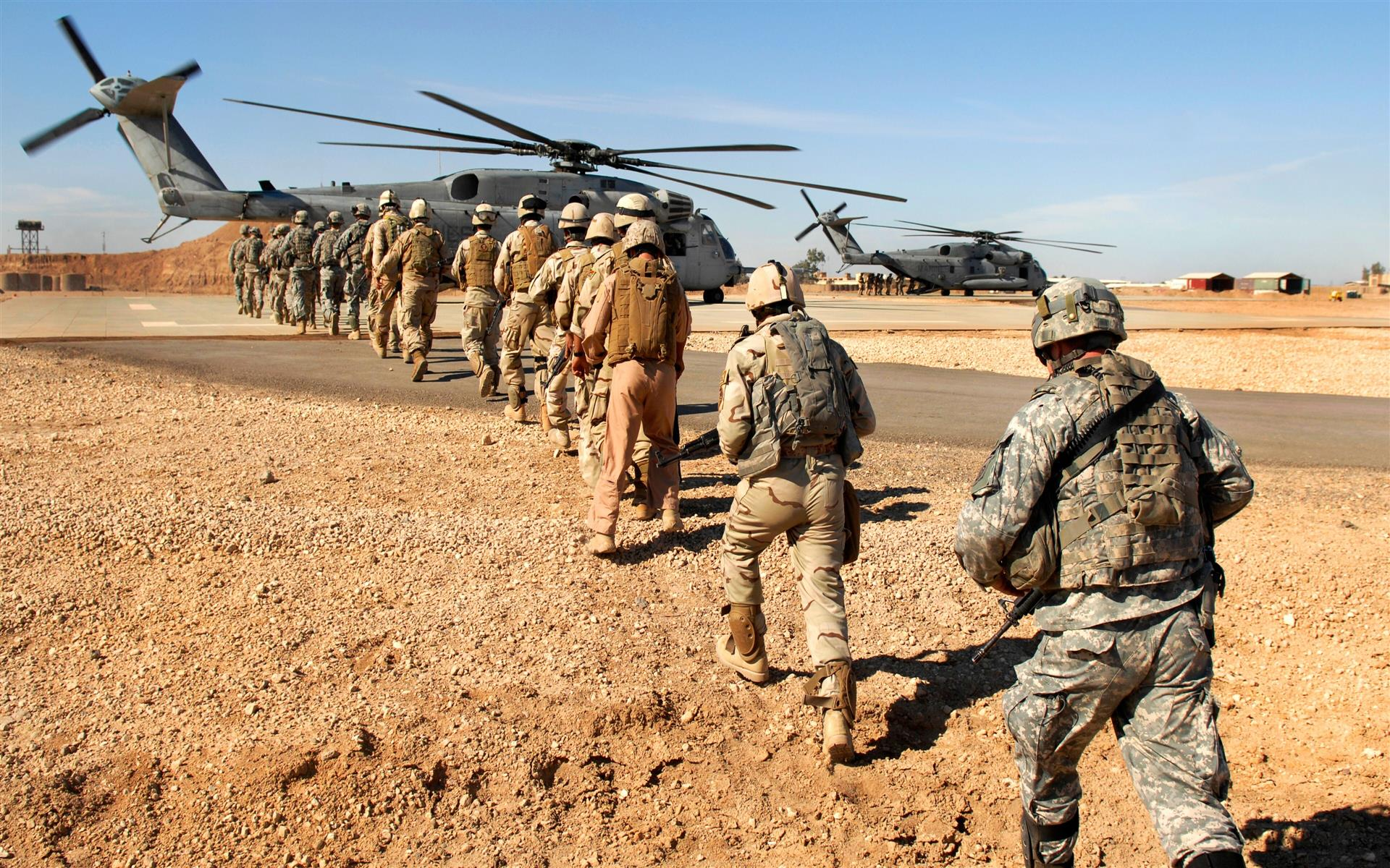 1920x1200 Soldiers Going To Helicopter Wallpaper