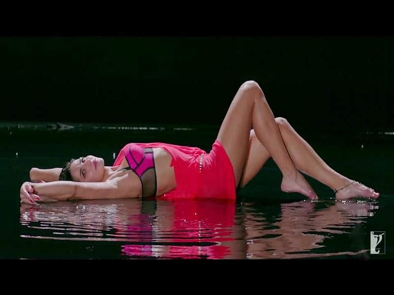 800x600 Hot Katrina Kaif in Sexy Look of Dhoom 3 Movie Song Wallpapers