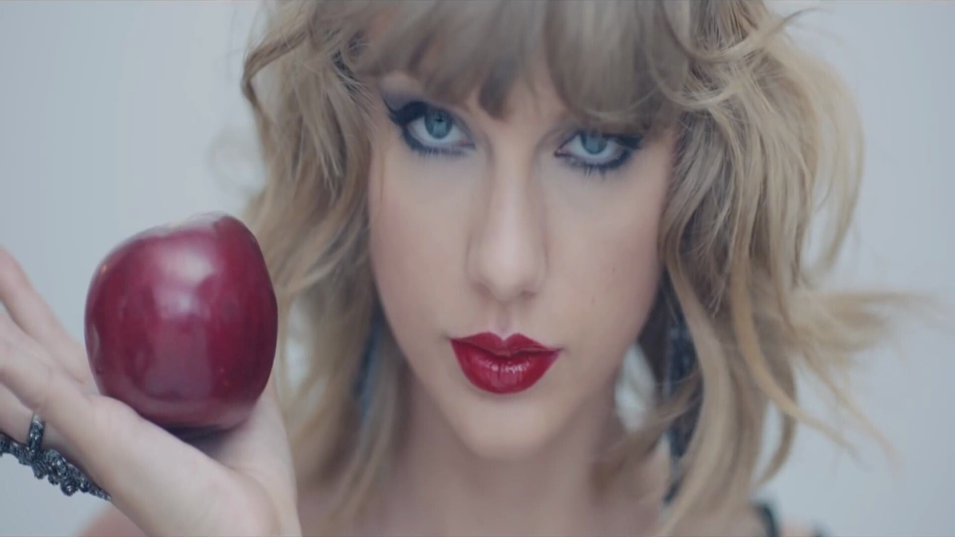 American Famous Singer Taylor Swift With Red Lips And Apple In