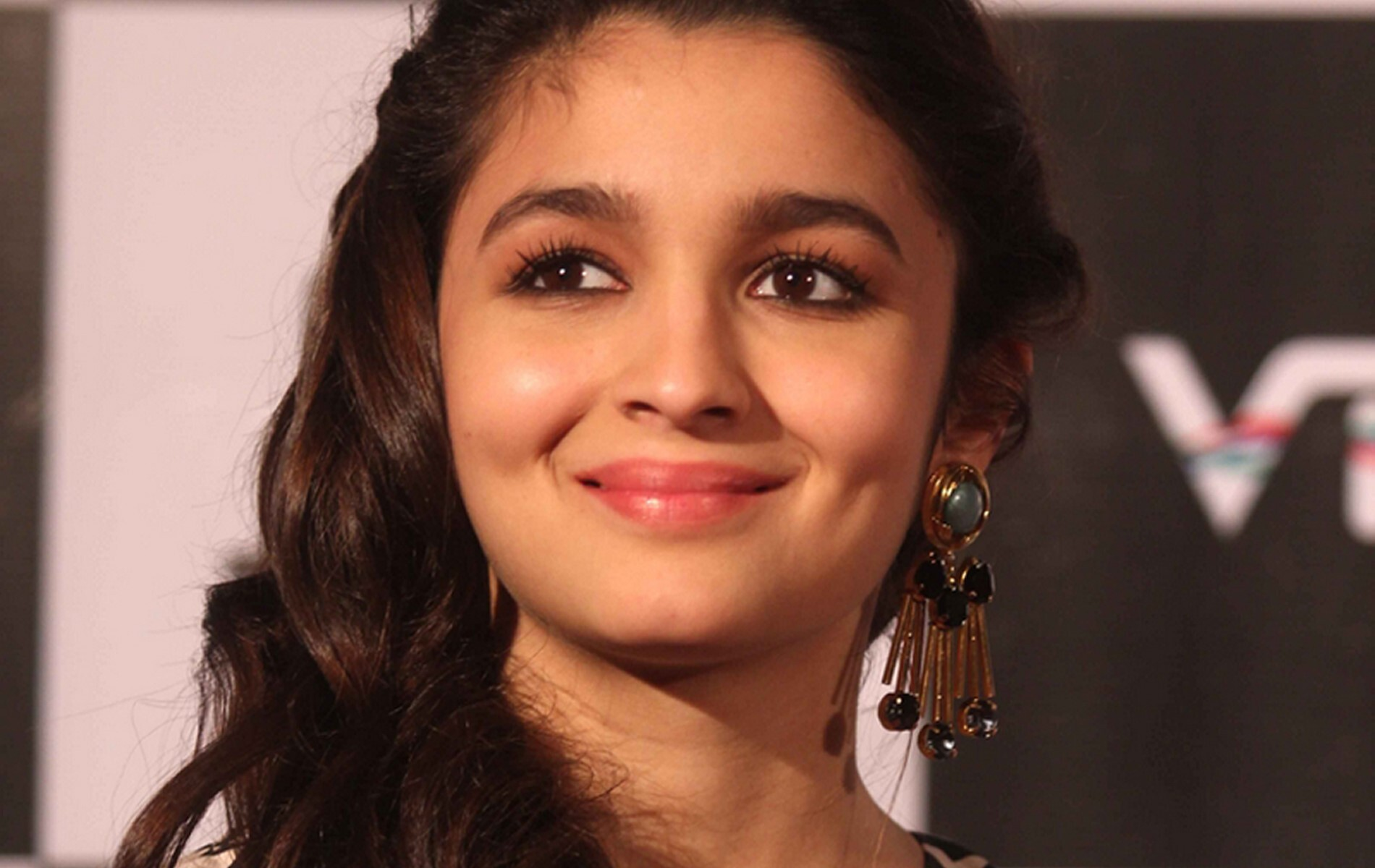 cute smile of famous bollywood actress alia bhatt hd wallpaper | hd
