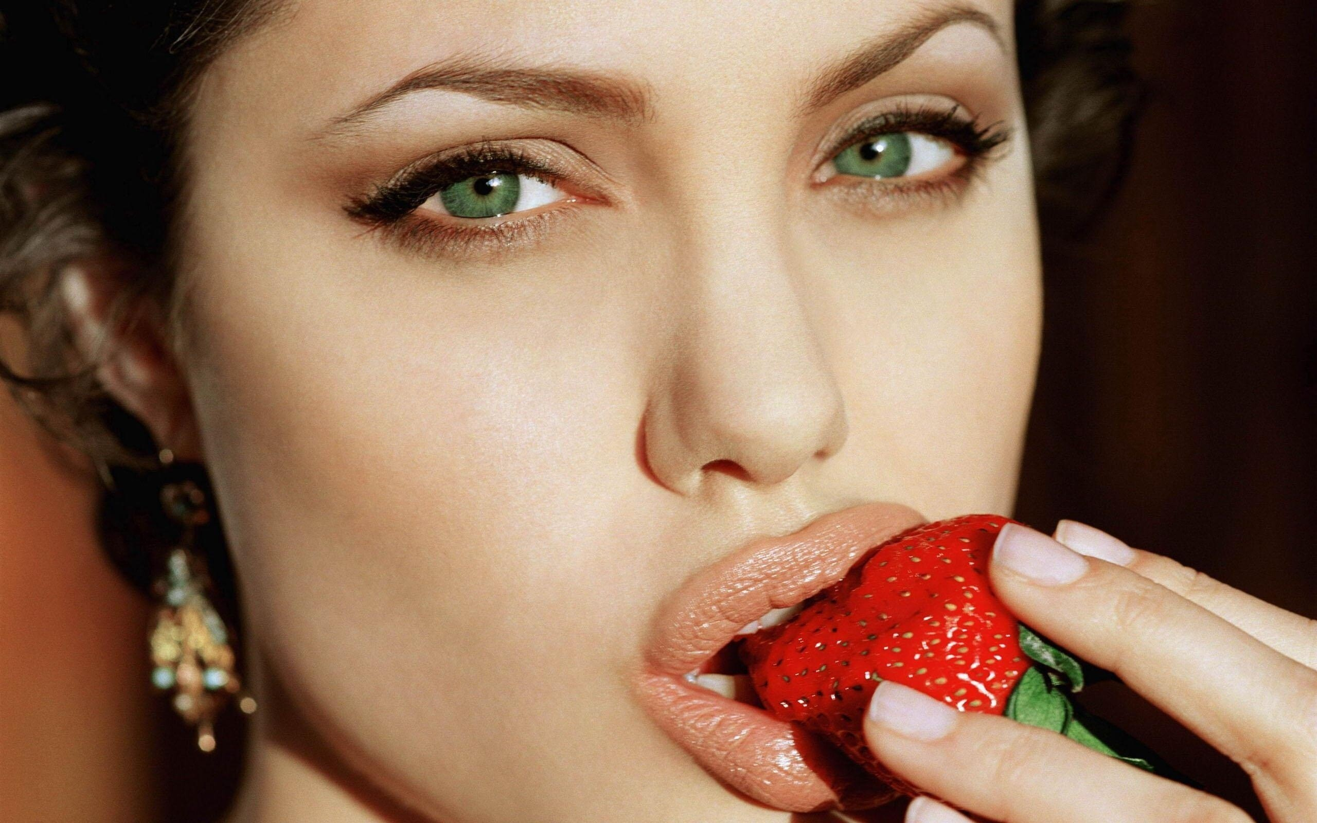 angelina jolie eating strawberry | hd wallpapers