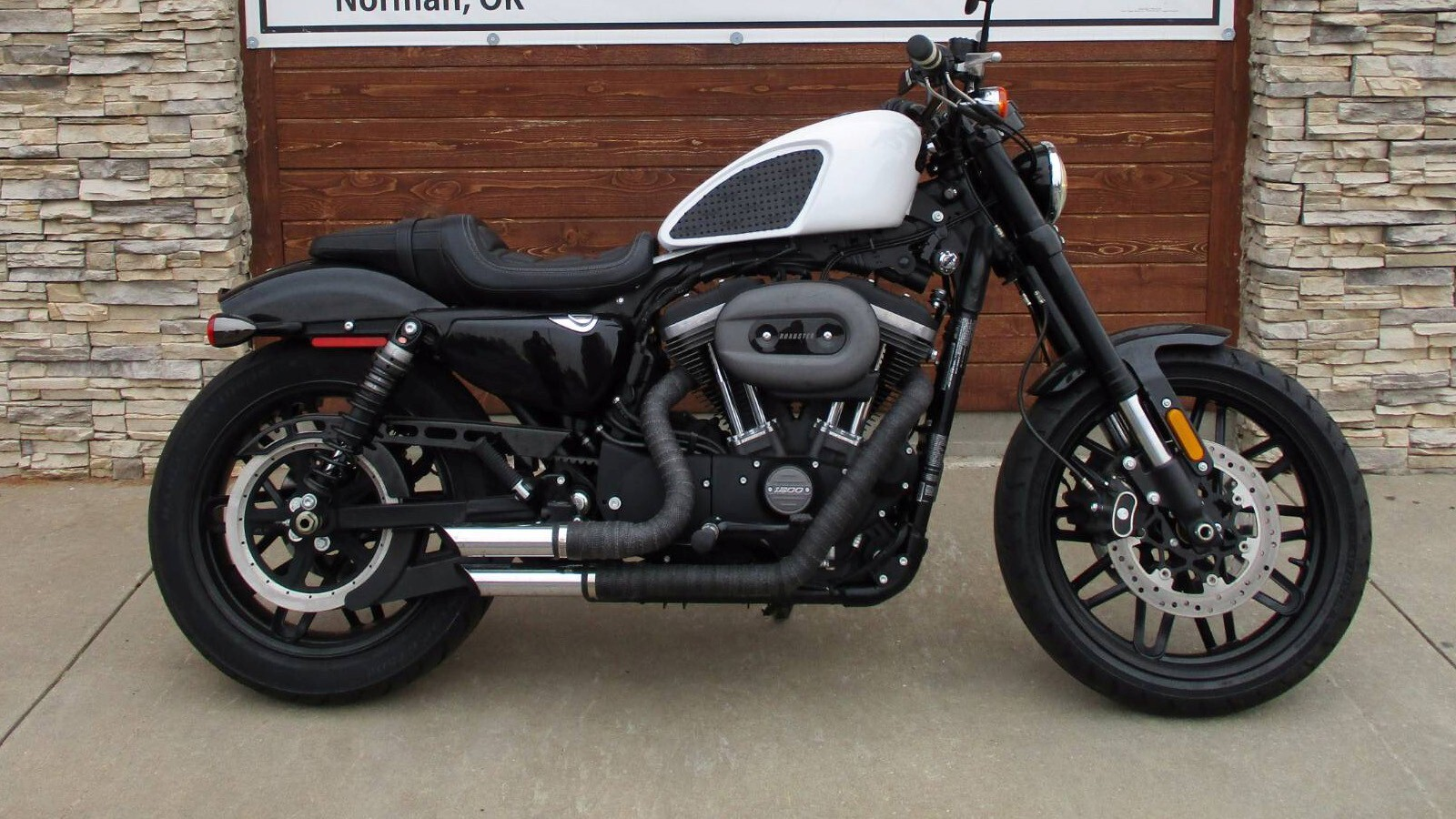 White Harley Davidson: Famous Harley Davidson Roadster White Bike