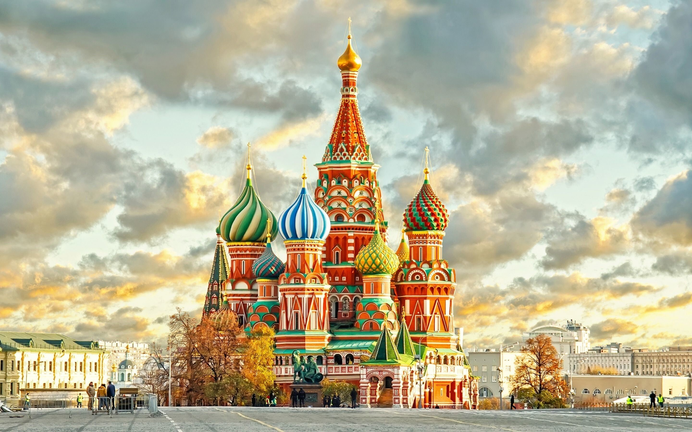 http://www.hdnicewallpapers.com/Walls/Big/Countries%20and%20City/Moscow_Kremlin_Popular_Tourist_Attraction_in_Russia_Wallpapers.jpg