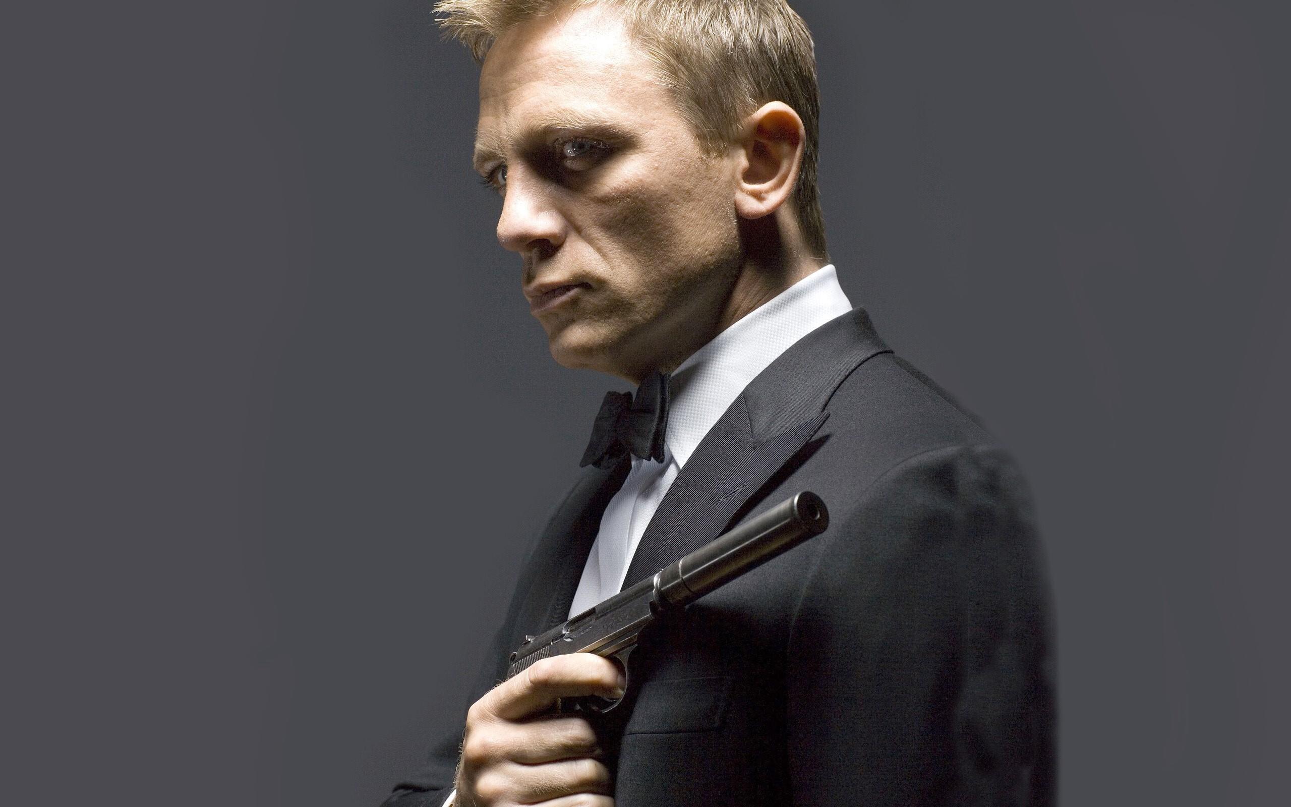 daniel craig popular english actor with gun wallpaper | hd wallpapers