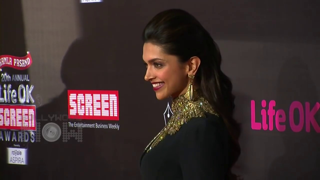 Smiling Face of Deepika Padukone in Award | HD Wallpapers