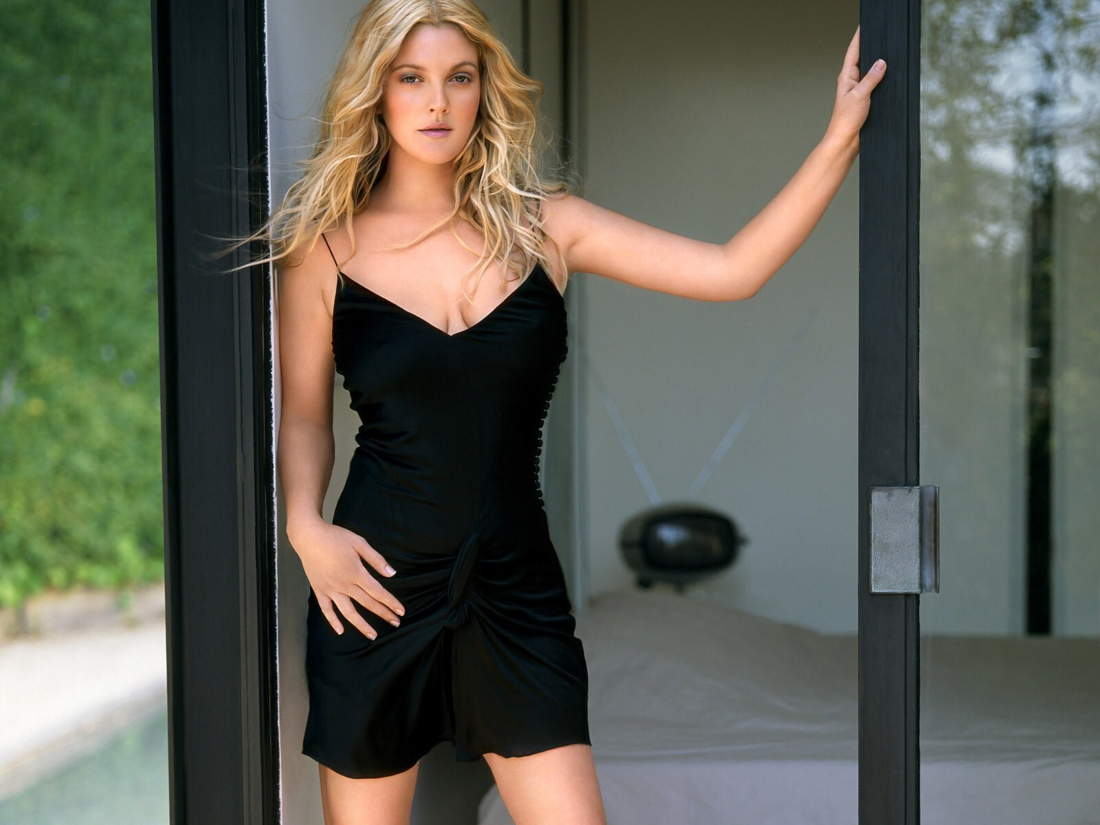 Drew Barrymore Actress In Black Hd Wallpapers