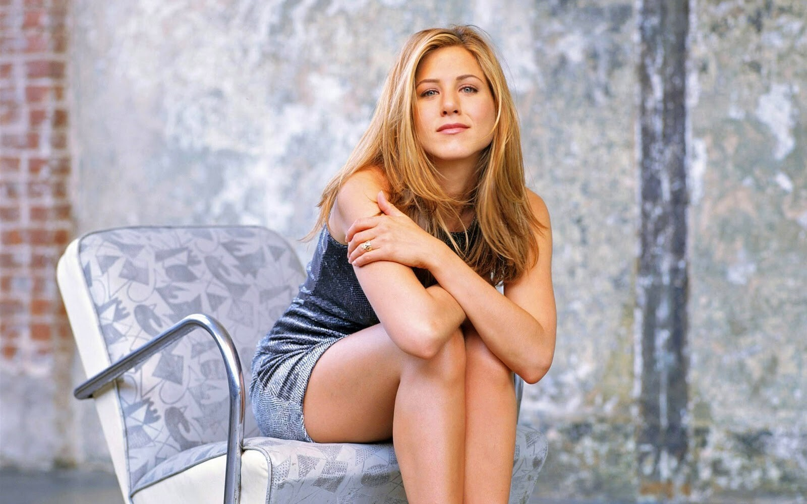 Hollywood Actress Jennifer Aniston Sitting on Chair HD Wallpapers