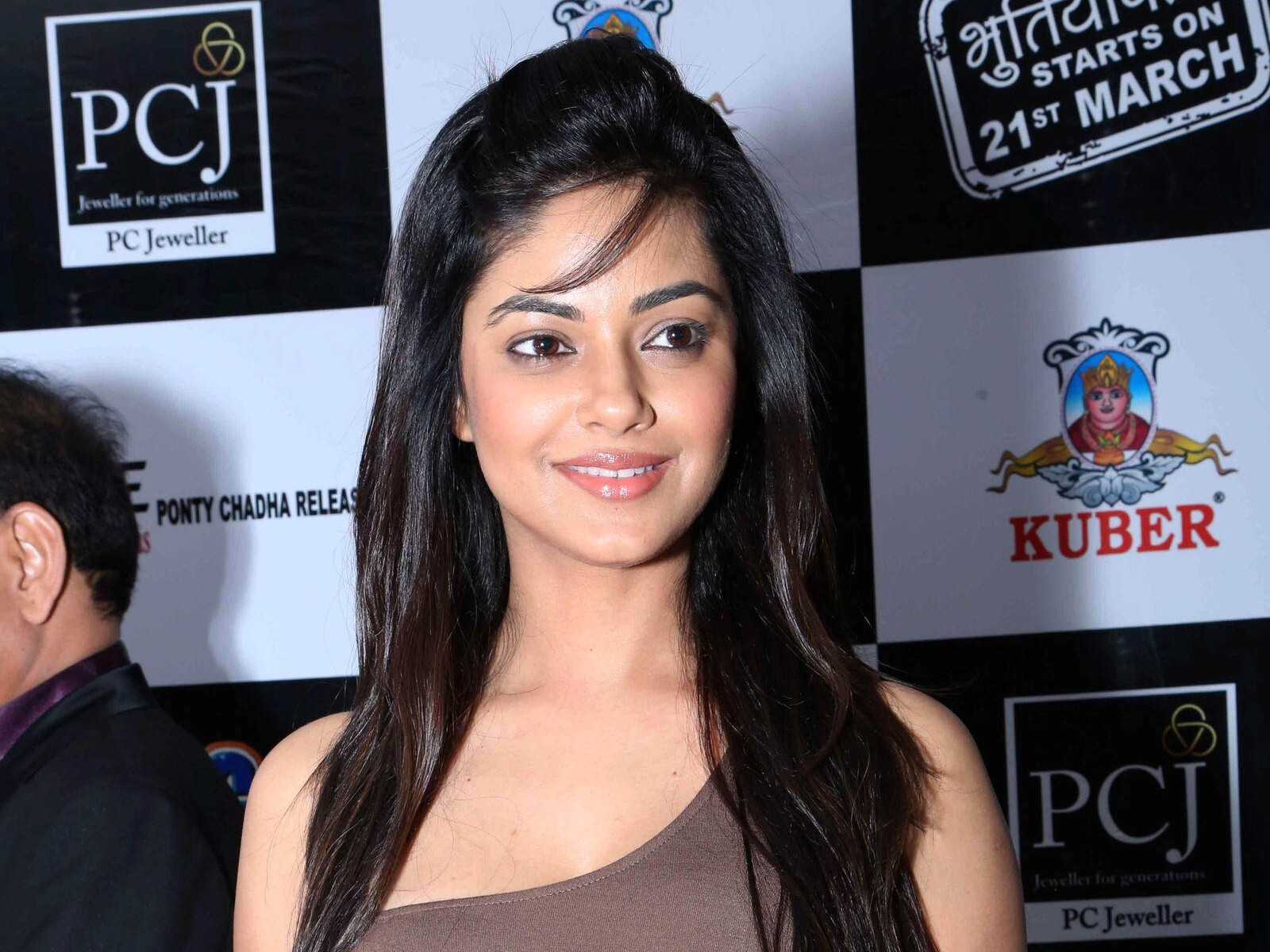 Bollywood Actress Meera Chopra Hd Wallpapers Hd Wallpapers