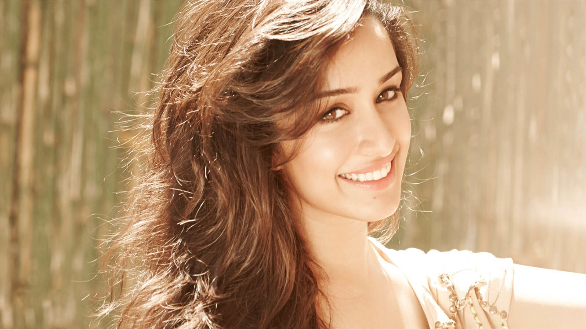 cute smile of beautiful bollywood actress shraddha kapoor hd