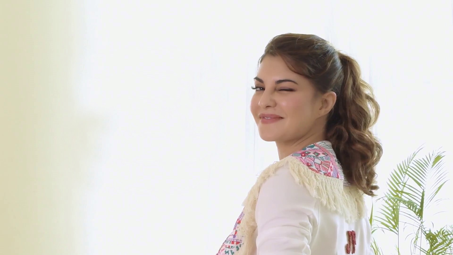 Jacqueline Fernandez Blink Eye Sexy Hd Wallpapers Hd