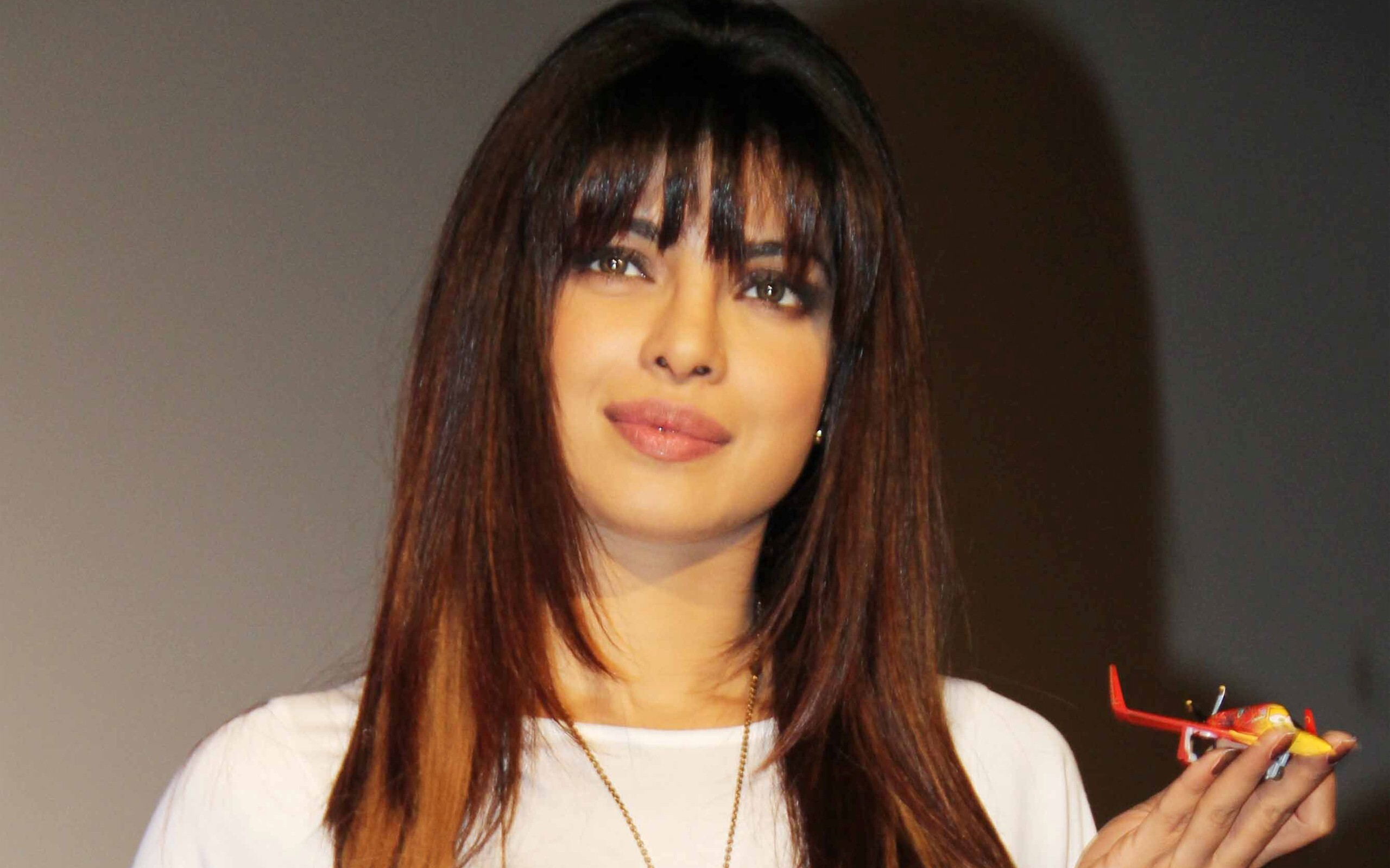 top famous bollywood actress priyanka chopra with new hair style