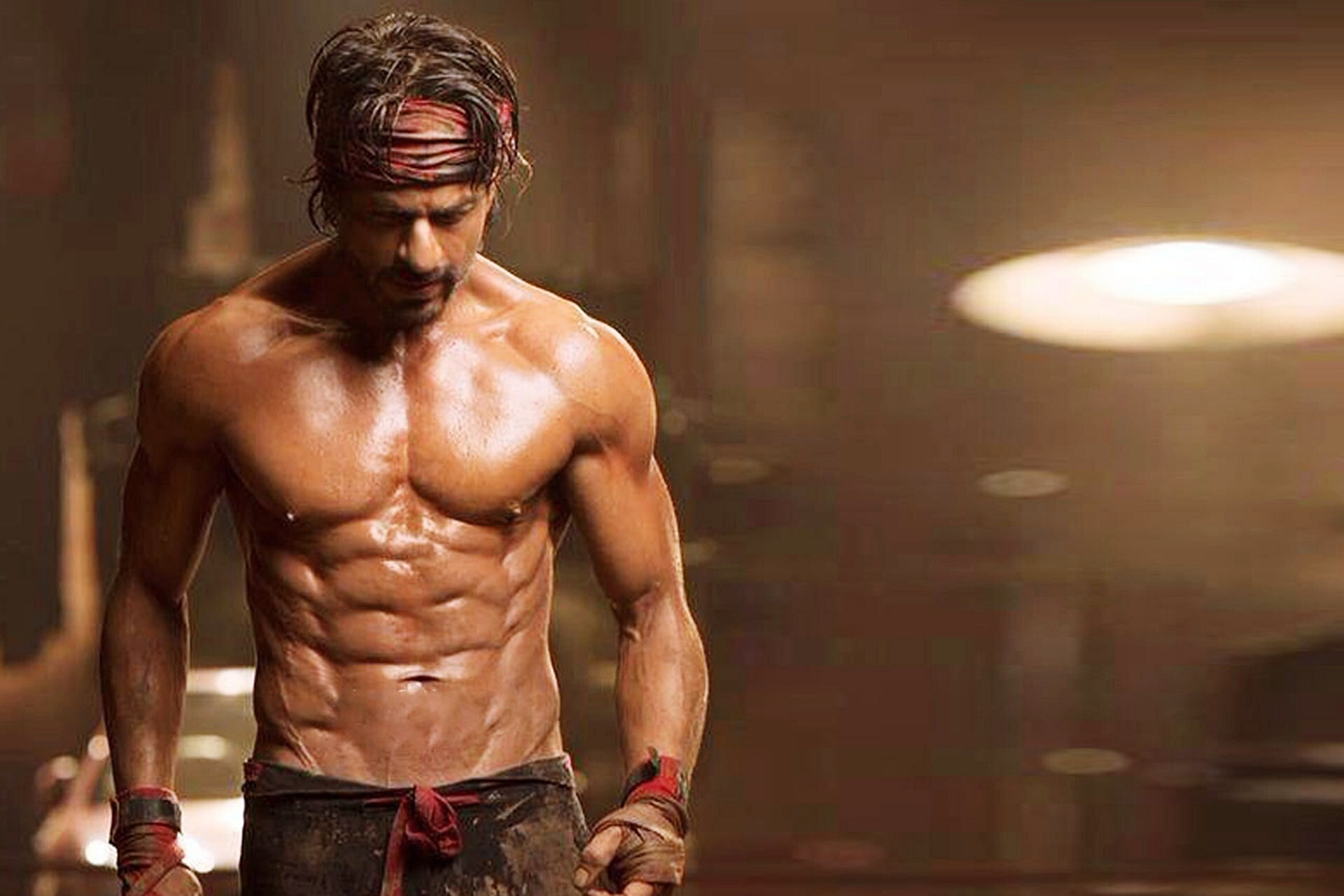 famous actor shahrukh khan 6 pack body in happy new year movie hd