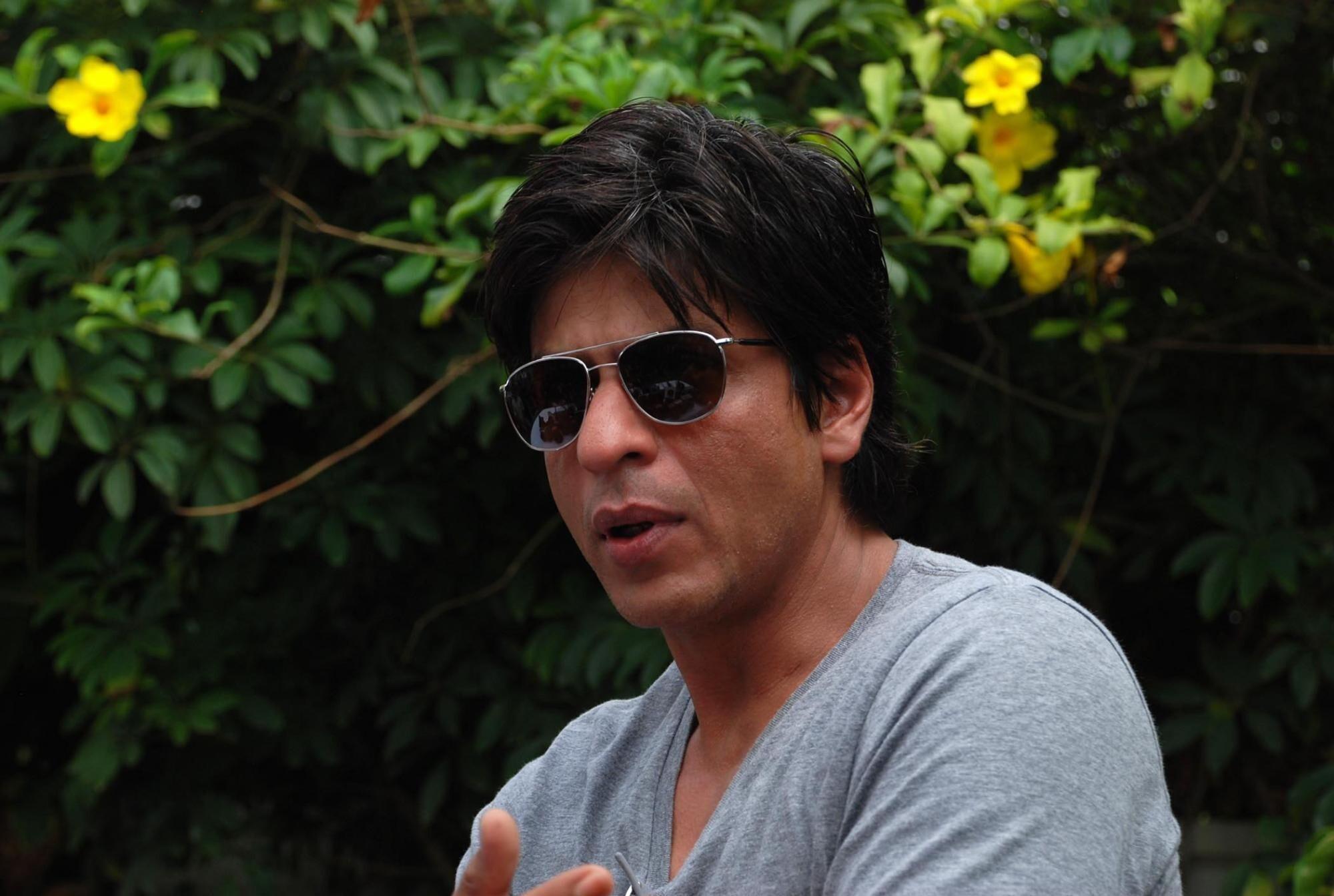 ffbad2c630837 Shahrukh Khan Wear Goggles