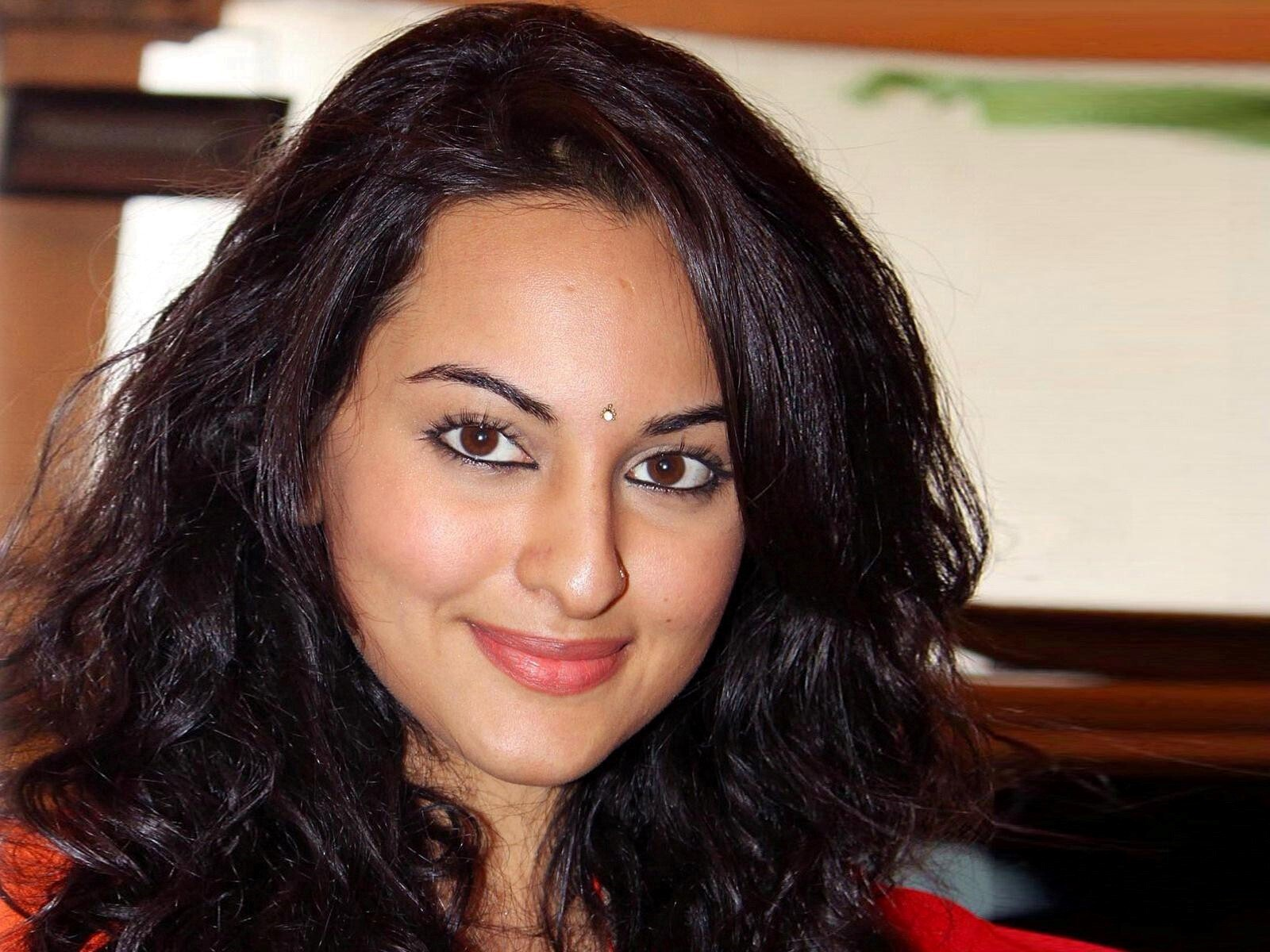 sonakshi sinha face closeup | hd wallpapers