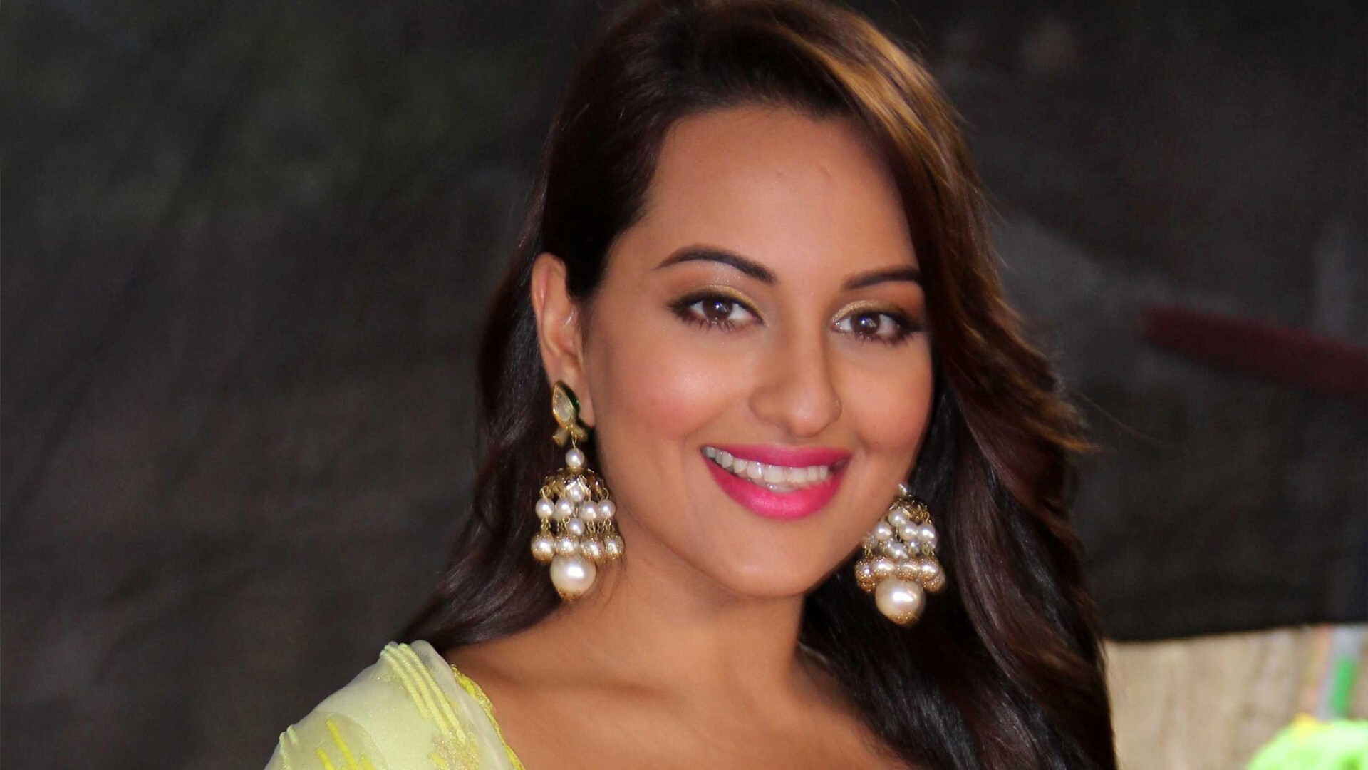 Sonakshi Sinha Hindi Film Actress HD Wallpapers