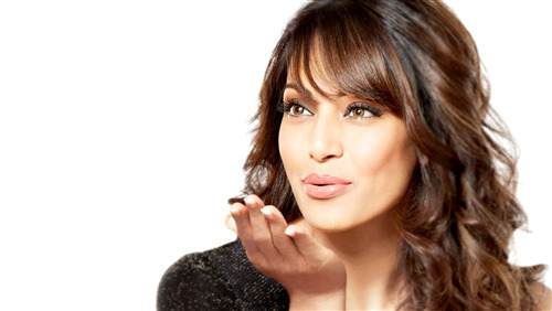 5K Pic of Bipasha Basu Give Flying Kiss