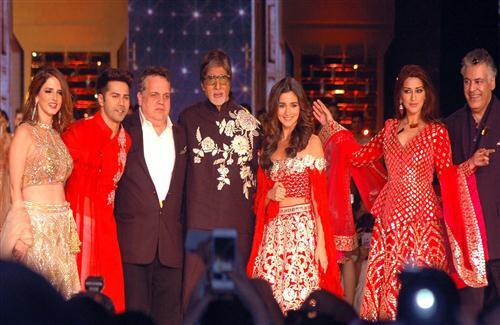 Amitabh Bachchan Varun Dhawan and Alia Bhatt in Bollywood Award Photo