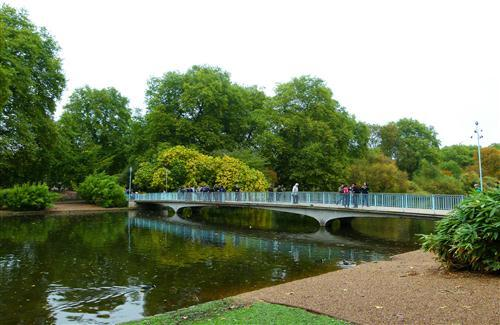 Beautiful Walking Bridge in St James Park England Wallpaper