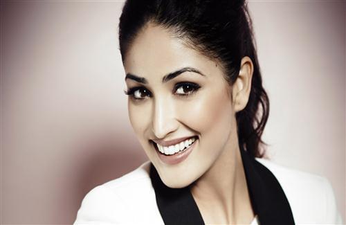 Yami Gautam Hd Pics: Cute Smile Of Yami Gautam Actress Wallpaper