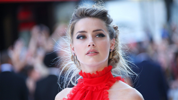Charming Amber Heard Celeb in Red Wallpaper