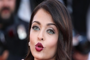 Aishwarya Rai Giving Flying Kiss HD Photo