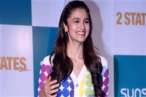 Cute Smile of Alia Bhatt Bollywood Actress HD Wallpapers