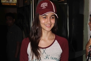 Cute Smile of Beautiful Popular Actress Alia Bhatt With Cap Images