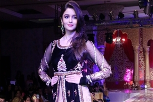 Most Famous Beautiful Actress Alia Bhatt in New Latest Design Dress on Ramp Walk Photos