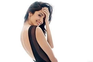 Actress Anushka Sharma Cute Smile Wallpaper