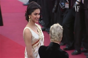 Deepika Padukone in Saree on Red Carpet HD Wallpaper