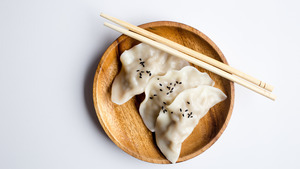 Dumpling Food in Wooden Plate 5K Wallpaper