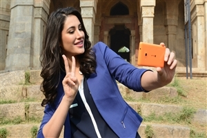 Nargis Fakhri Take Selfie in Mobile Photo