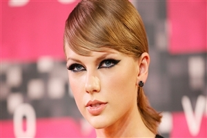 Beautiful Eye Makeup of Taylor Swift