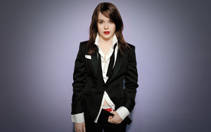 Celebrity Ellen Page in Suite Wallpaper