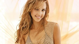Cute Smile of Jessica Alba Images
