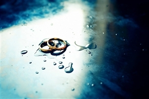 Golden Engagement Rings in Water Drops