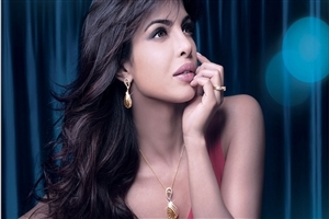 Priyanka Chopra Wearing Beautiful Gold Jewellery Photo