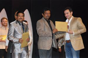 Receiving the Golden Peacock from Saif Ali Khan